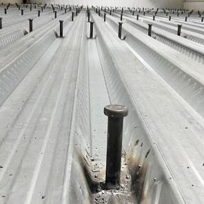 Instalação de conectores para betão