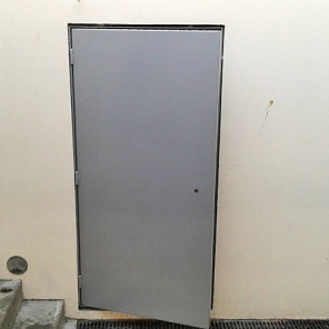 Porta em aço metalizado