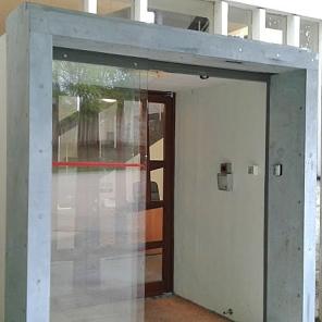 Proteção mecânica em aço para portas automáticas